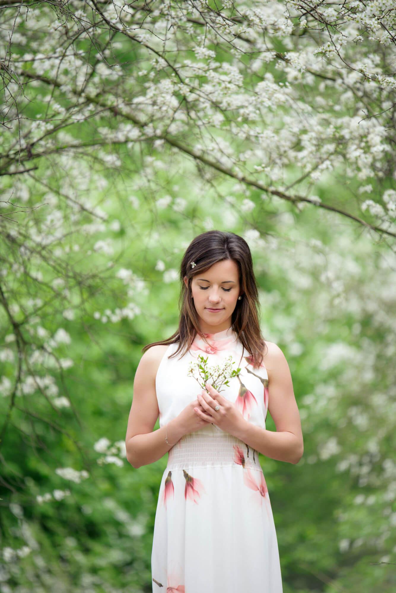Aneta Štěpánková mezi kvetoucími stromy
