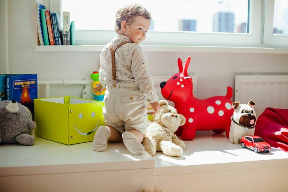 Chlapec před oknem ahračkami