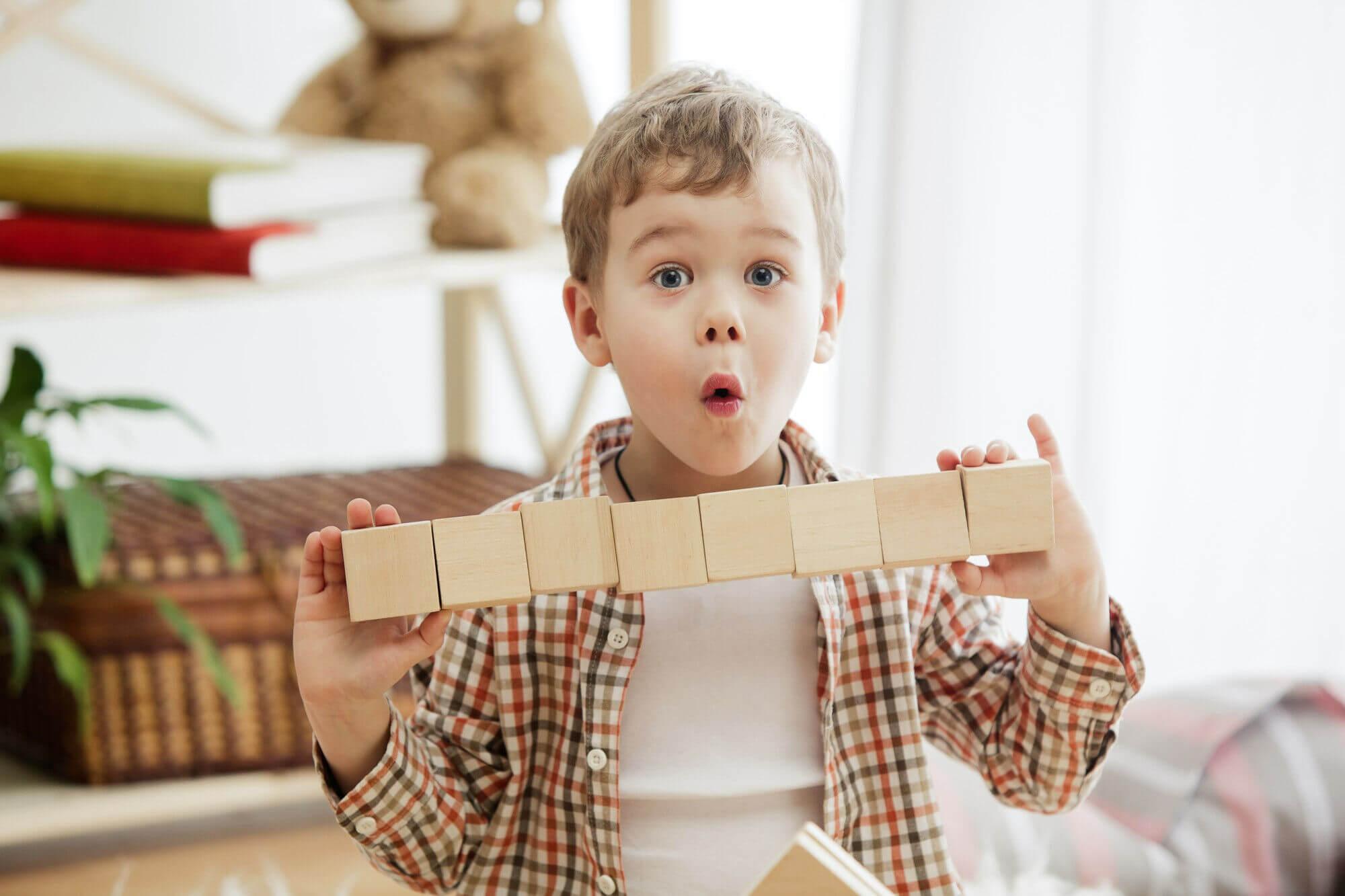 Chlapec s dřevěnými kostkami