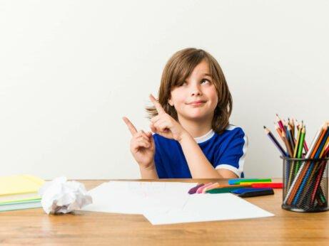 """Konec šikulek aneb proč dítěti neříkat: """"Ty jsi šikulka."""" úvodní foto chlapce před stolem s pastelkami"""