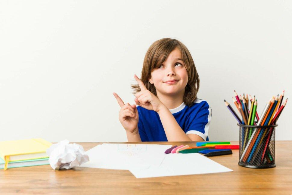 """Konec šikulek aneb proč dítěti neříkat: """"Ty jsi šikulka."""" úvodní foto chlapce před stolem spastelkami"""