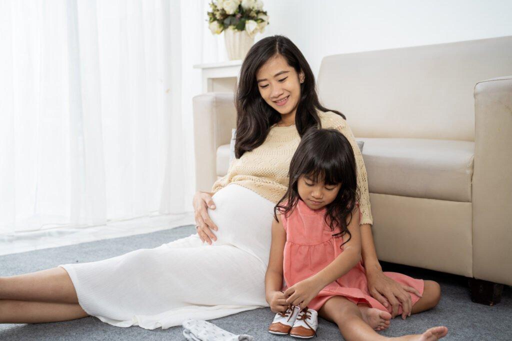 Děvče se snaží zavávat tkaničku