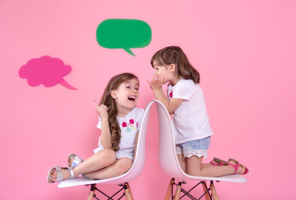 Dvě holčičky si povídají