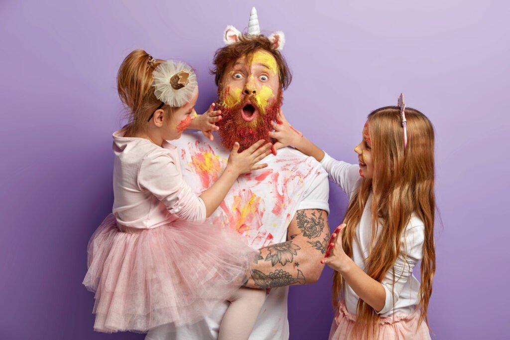 Muž je pomalovaný od děvčat barvami