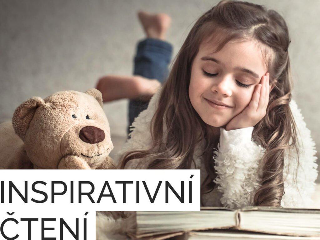 Holčička splyšovým medvídkem si čte knihu spřidaným textem inspirativní čtení
