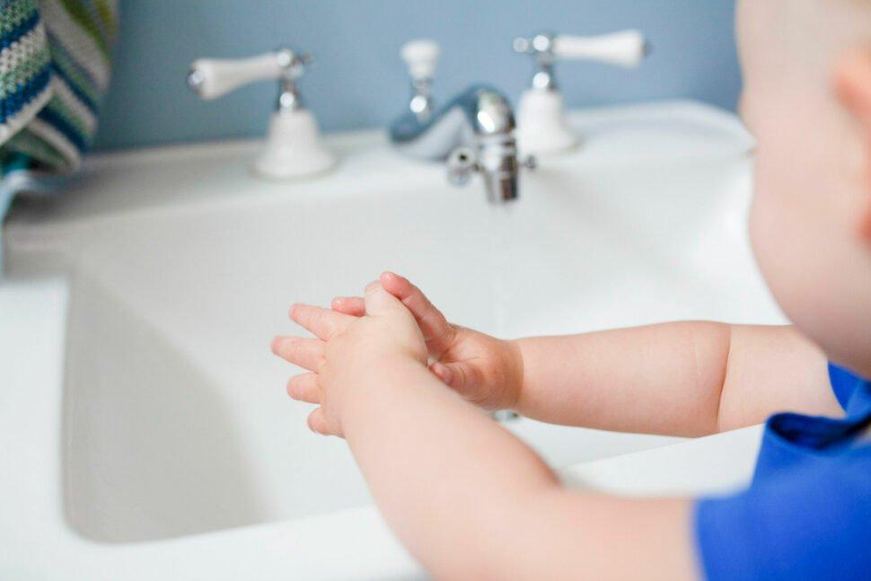 Děvčátko si myje ruce